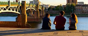 Personne discutant au bord de la Garonne
