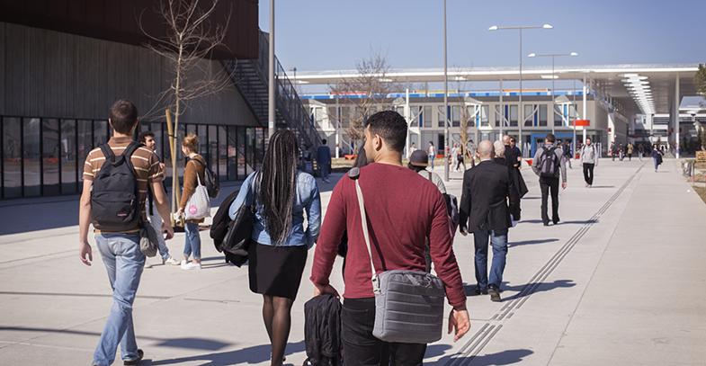 Etudiants marchant à l'entrée du campus Mirail
